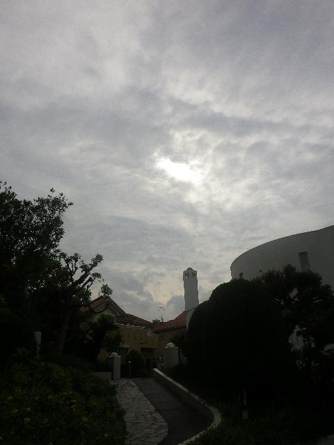 01) カメラ内蔵時計の時刻に於いて、7:29am頃。 漏れた陽光で あたかも雲の切れ目のように見える箇所で、既に金環日食に入っているが写らなかった。(以下、同条件。)