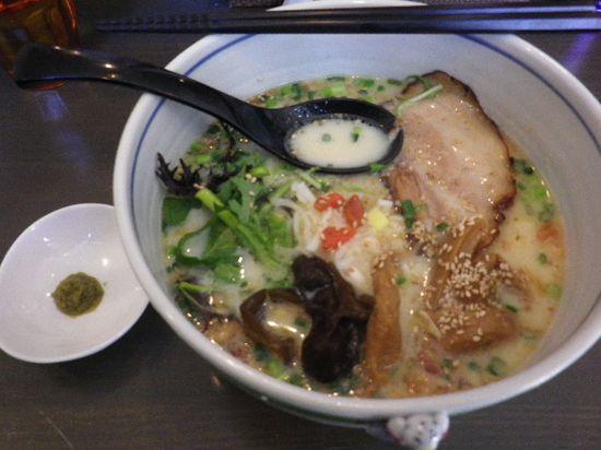 01) 「豆乳塩らーめん _ 柚子風味」 ¥750 _ ' 柚子風味 ' とは、小皿の 市販チューブ「柚子胡椒」のことらしい。スープ自体からは、柚子の風味は感じられなかった。 _ 鎌倉市由