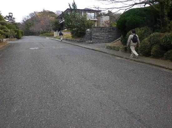 13-01) 「大崎公園」散策はスルーして、「披露山公園」' 駐車場 ' 目指して「TBS披露山庭園住宅」敷地内を進行中。 _ 11:26am頃
