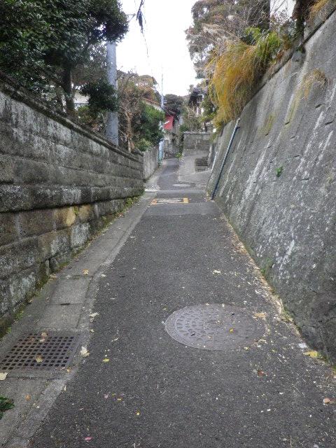 1-02) 今回は、「光明寺」裏山へ抜ける古道を通って鎌倉駅へ行くことにした。(幾通りかの諸説が有るらしいが、市の教育委員会設置説明札が在る東海道古道。)_ 7:42am頃