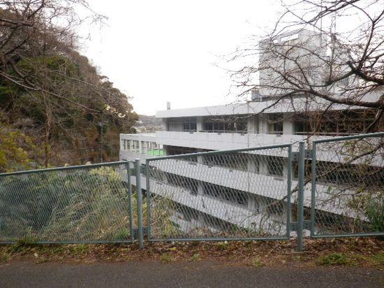 1-08) 鎌倉市立第一中学校。 越境入学した者もいたが、私の出身校ではない。_ 7:48am頃