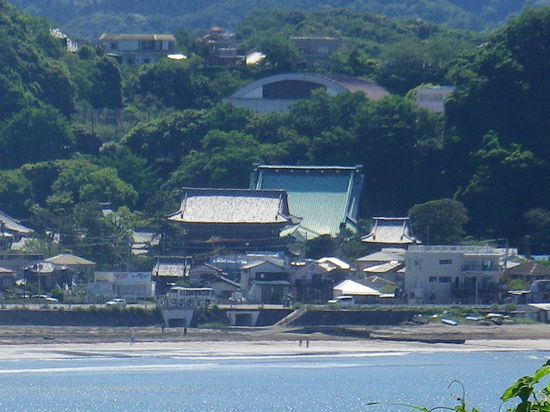 05) 前の写真と同じ場所から、ズームで材木座「光明寺」を撮った。