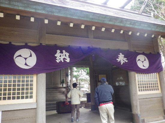 12-04) 謹んで参拝しました。「天照大神社」の裏は「TBS披露山庭園住宅」で、境内から住宅地へ通じる道が在る。