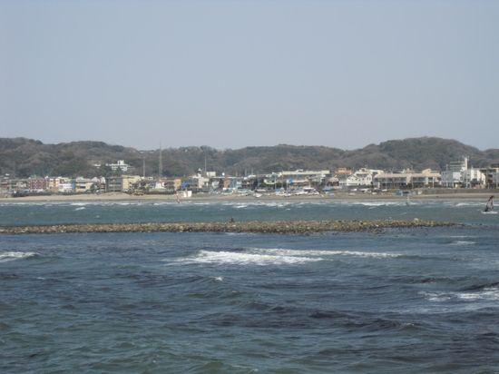 08) 手前、満ち潮で水没した和賀江島。奥、材木座海岸。由比ガ浜海岸~材木座海岸_逗子マリーナから