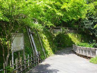 03-3) クルマが通行できない狭い道を通って、「報国寺」横へ出る。 _ 10:04am頃