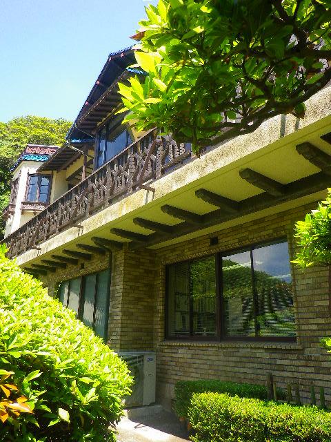 2-02) 庭からは二階建に見えるが、二階に玄関がある三階建物。