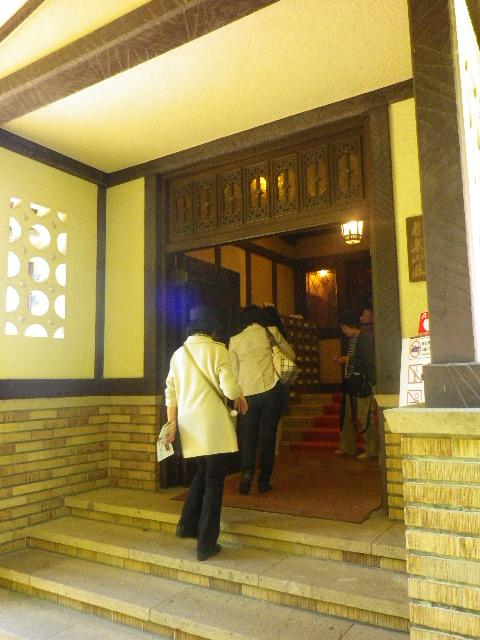 2-05) 玄関。 館内は撮影不可と、筆記具は鉛筆のみで ボールペン等のインク筆記具不可。