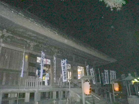 09)  ' 本堂 ' を左斜めから