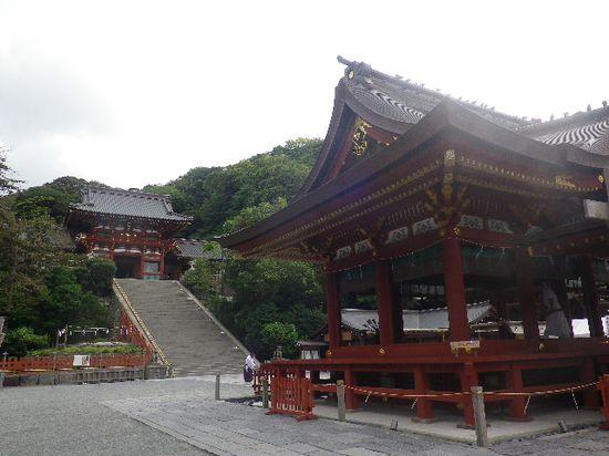 06) ' 舞殿 ' 左から、本殿階段を見る。