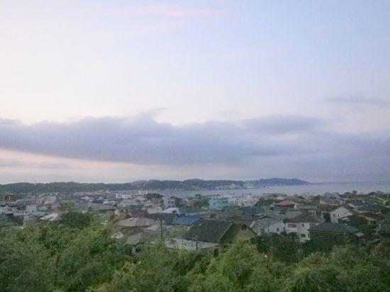 09) 展望場所から自宅方向を見る。海沿いのR134遊歩道を自転車で来れば、ほんの15分ほど。