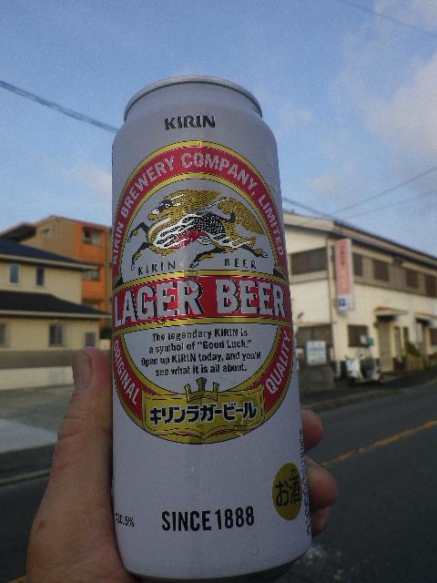 01) のどが渇いたから、「安養院」斜め対面の或る店を背景にしてビールのんだ。 発泡酒じゃないぞっ! _ 5:57am頃