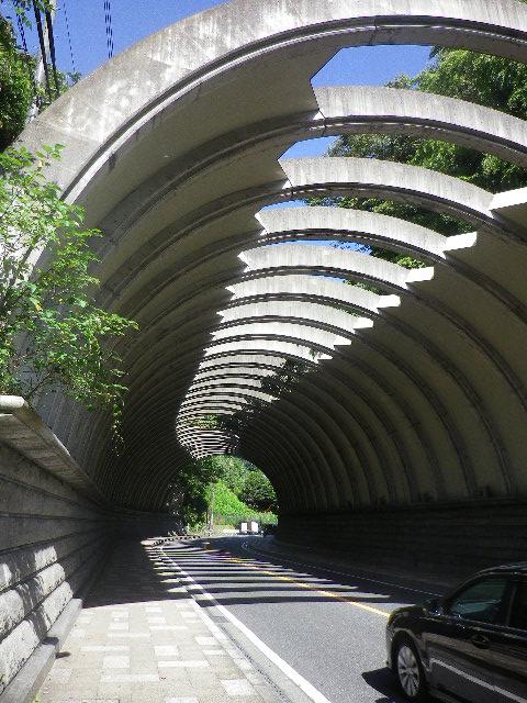 03) チャリンコ押しながら、 ' 巨福呂坂洞門 ' を進行中。