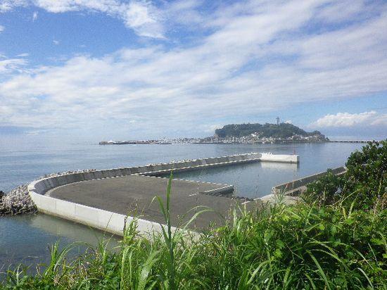 09-07) 展望台からの景色。 腰越漁港 と 江の島。