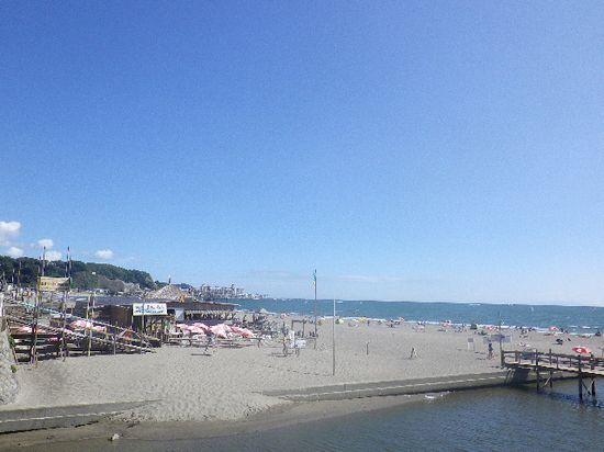 02) 東側、材木座海水浴場。左端に写る仮設スロープも、夏の風物詩。