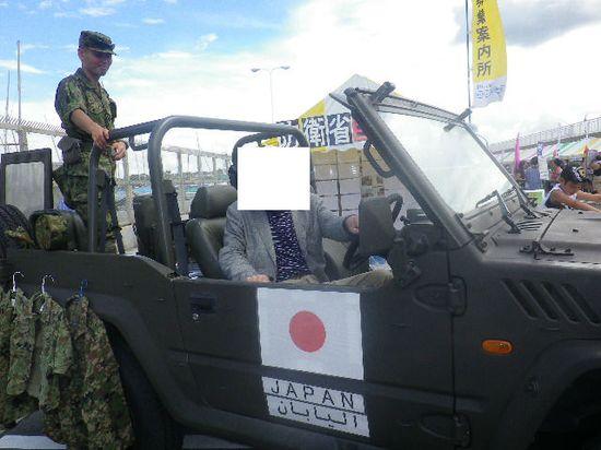 12-06) 自衛隊車両、三菱自動車製オートマチック・トランスミッション車に着座する Y.K.氏。