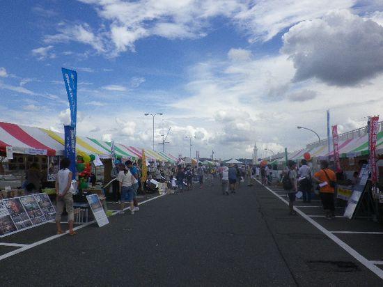 """12-09) """" 湘南 藤沢たから市 """" 出展/出店 風景。 写真右方向は堤防で、堤防上端面が遊歩道になっている。"""