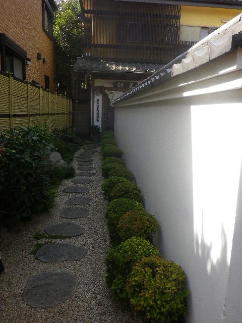 31-1) 和菓子店「美鈴」 _ 「宝戒寺」裏へ至る路地で、更に 民家に挟まれた路地の奥。