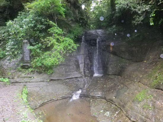 10) 切通し古道の始り付近 ' 三郎の滝 ' と、コレも滝壺と呼ぶべきなのか? _ (オーブ/ohb漂う心霊写真ではアリマセン、レンズの水滴・・・ ・・・たぶん。)
