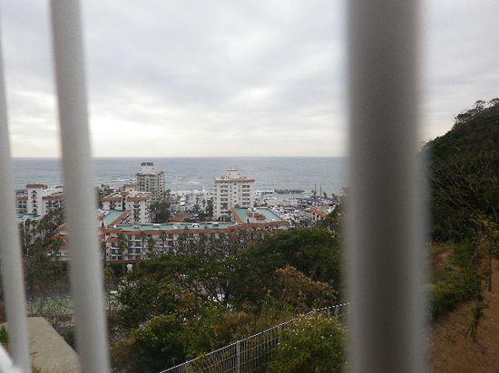 9-02) 写真9-02)柵の間から撮った。