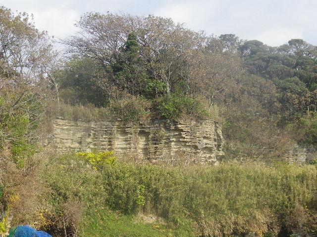 21-03) ' 大切岸 ' の一部。人工的な要塞と言われてきたが、最近になって ' 石切り場の跡 ' であることが判明したそうだ。もしかしたら知ったか振りして過去のページへ誤りのまま書