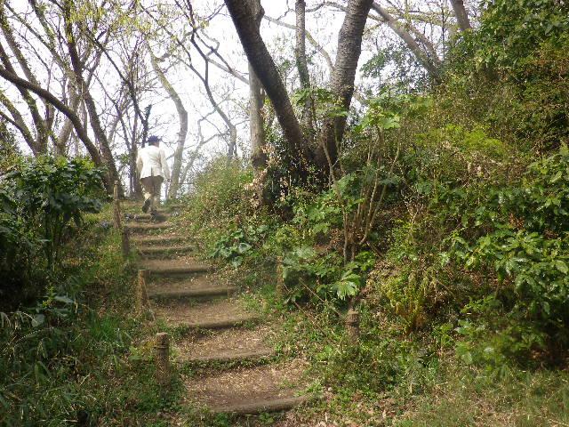 07) 高台への階段を登り始めた