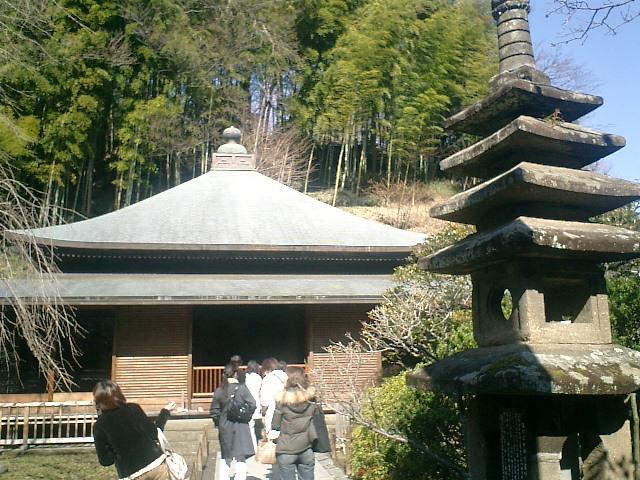 30)東慶寺、本堂。昭和10年建立。背後は竹林