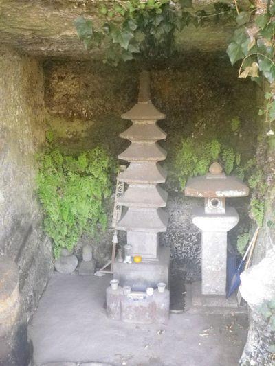 02) 「浄光明寺」 ' 冷泉為相 ' 墓所と対面する場所の、 ' やぐら ' に納まる 伝「阿仏尼」墓所。