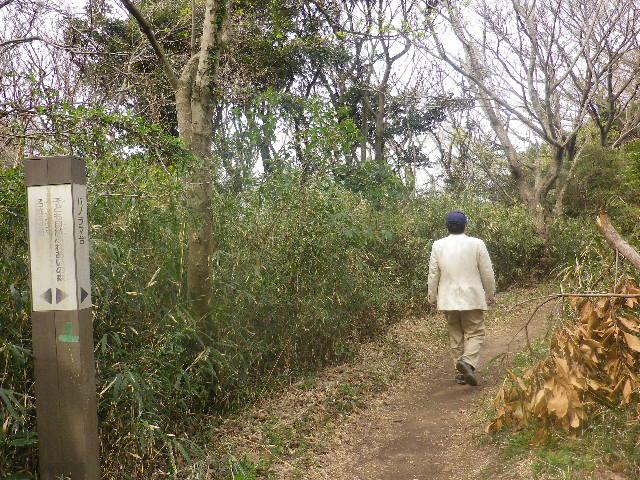 05) ' 名越切通し  ' の一部で雑草茂る やや広い平地から、「パノラマ台」への分岐道。 _ 10:15am頃~