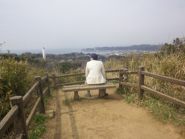 09) 「パノラマ台」着。 見ての通り狭小地。 白い煙突は「鎌倉市名越クリーンセンター」 _ 10:17am頃~