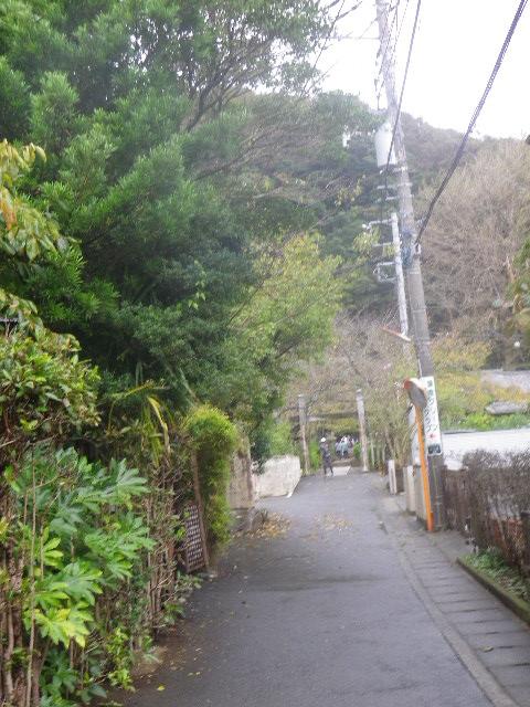 01) 前回は通り過ぎて引き返す失態を犯した、金沢街道からは わかりづらい「明王院」への道を少し進んだ場所。 _ 9:58am頃~