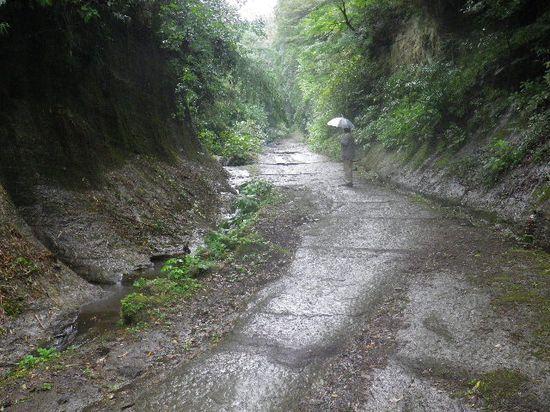 11)  岩盤の路面区間に入り、岩盤の路面を含めて切通しであることを強く実感し始める。 _ 10:29am頃