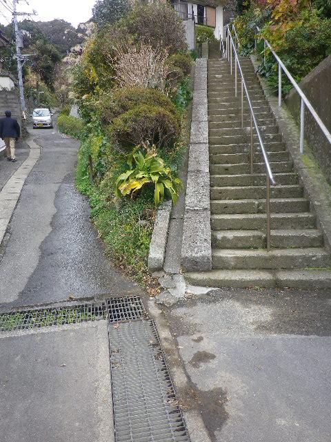 08-01) 右の階段は「正覚寺」。 左の坂を登る。 _ 10:30am頃~