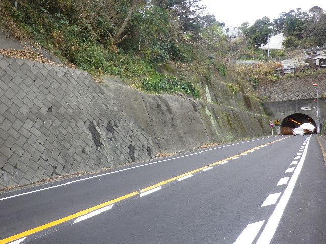 08-06) 市境 R134「飯島トンネル」を逗子市側から、奥の鎌倉市材木座方向を見る。写真08-05)から40mほど先から撮った。8-03)&8-04)は、トンネルの上から撮った。