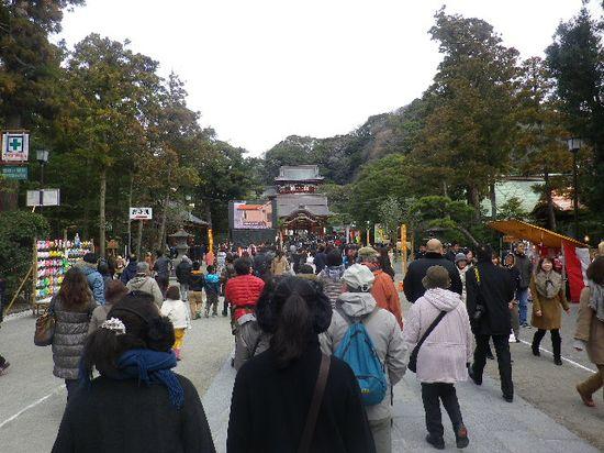 12-04) 三の鳥居を潜ってからの、境内参道。東京方面からの方々が到着する10:00amよりも1時間近くも早いので、三が日内でもスムーズに歩行できた。