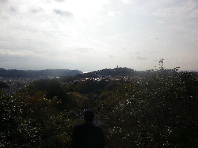 21-10) 「山王大権現」から、逗子海岸方向で写真左奥から中央奥岬先端は逗子市桜山。