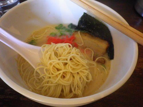 02) 細麺の固茹で。 スープが少ないように見えるけど、(洋食器の)ボウル状の丼で 思いのほか液面から底までが深い。