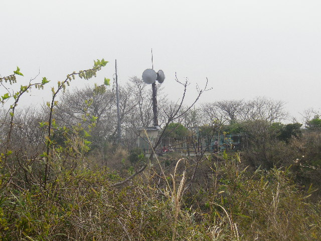 18) 写真09)斜め背後(写真左下カド方向)に見える、給水道施設のベンチが有る展望場所。