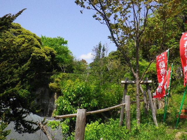 06) 左崖下は「浄光明寺」 ' 不動堂 ' の屋根。 旗の奥方向(=社殿裏方向)は、「浄光明寺」 ' 冷泉為相 墓所 ' への途中で 地続きだが簡易仕切り柵有り。