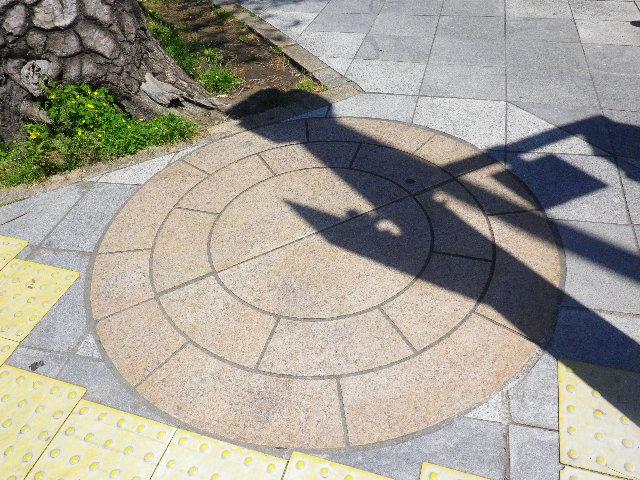 07) 埋め戻された、「鶴岡八幡宮」へ向かって右側 ' 浜の大鳥居跡 '。これまで撮らなかったのが不思議な気がする。この上にチャリンコを止めて横断歩道の信号待ちを頻繁にするのだ