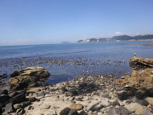 2-02) 以下は、現存する最古の築港史跡「和賀江島」(鎌倉市材木座)。