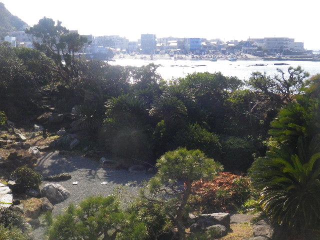02) エントランス階段から、はるか以前の邸宅庭園の名残りを想う。