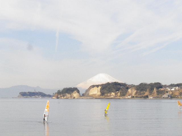 01-2) 材木座海岸「史跡 和賀江島」周辺から眺める早春の富士山 _ 鎌倉市材木座