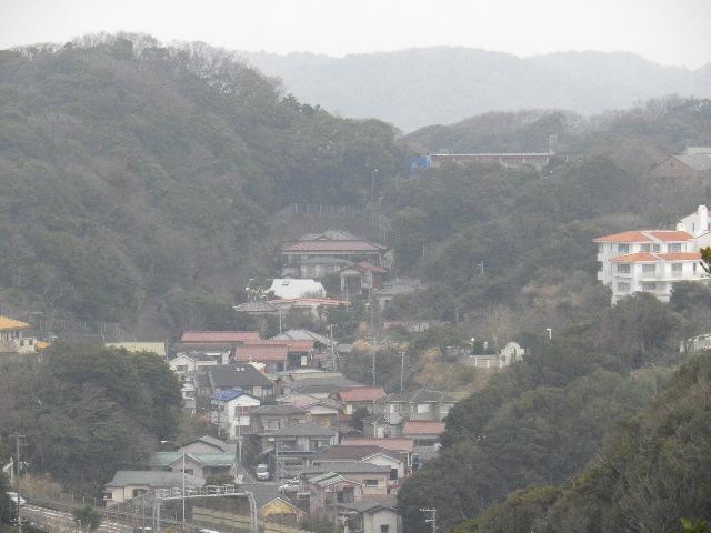 03-2b) 写真03-2a)の谷戸をズーム。帰宅後に拡大したら、最上段の建物は鎌倉市立第一中学校校舎だった。時代の変遷とともに数箇所有るとされる旧東海道古道の一つとされる、谷戸の