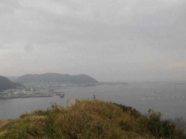 08-3-3/6) 展望場所からパノラマ風撮ったつもり  _ 16.03.06 曇りのち雨の逗子「大崎公園」