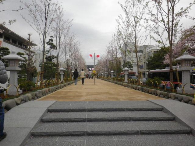 02-1) 階段の両側はスロープになった。 _ 16.04.02 鎌倉「鶴岡八幡宮」桜満開の頃