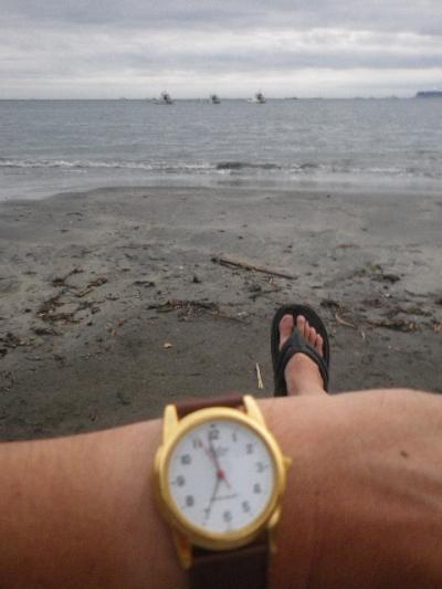 IMGP5505) 前に誰もいない最前列の波打ち際にて観覧。07:00pmの少し手前の時刻。材木座海岸飯島地区(「史跡 和賀江島」周辺)何度も書いてきたが、私は逗子市民だけど歩いて5分ほどの