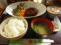 「煮込みハンバーグ、大根サラダ、他  ドリンク付」 ¥650  「かまくらふれんず」 鎌倉市御成町