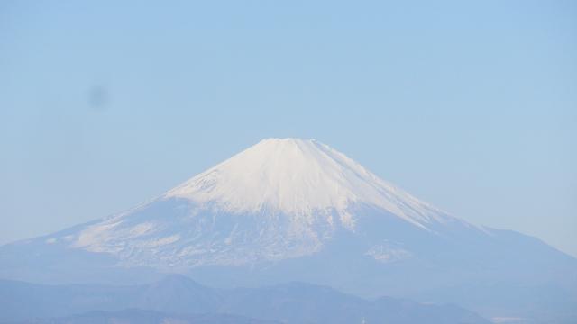 05-2a) この日 ここへ来るまで、ここから先も ' マンネリワンパターン ' で見たまま青空が濃くない富士山  17.01.01 平成二十九年 元旦 逗子「披露山公園」