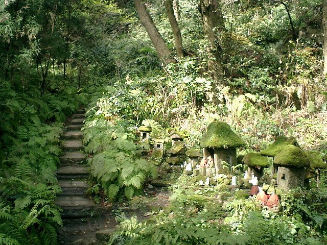 12) 佐助稲荷。 山奥への階段道