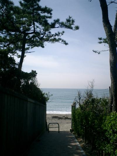 13) 海への路地先端。